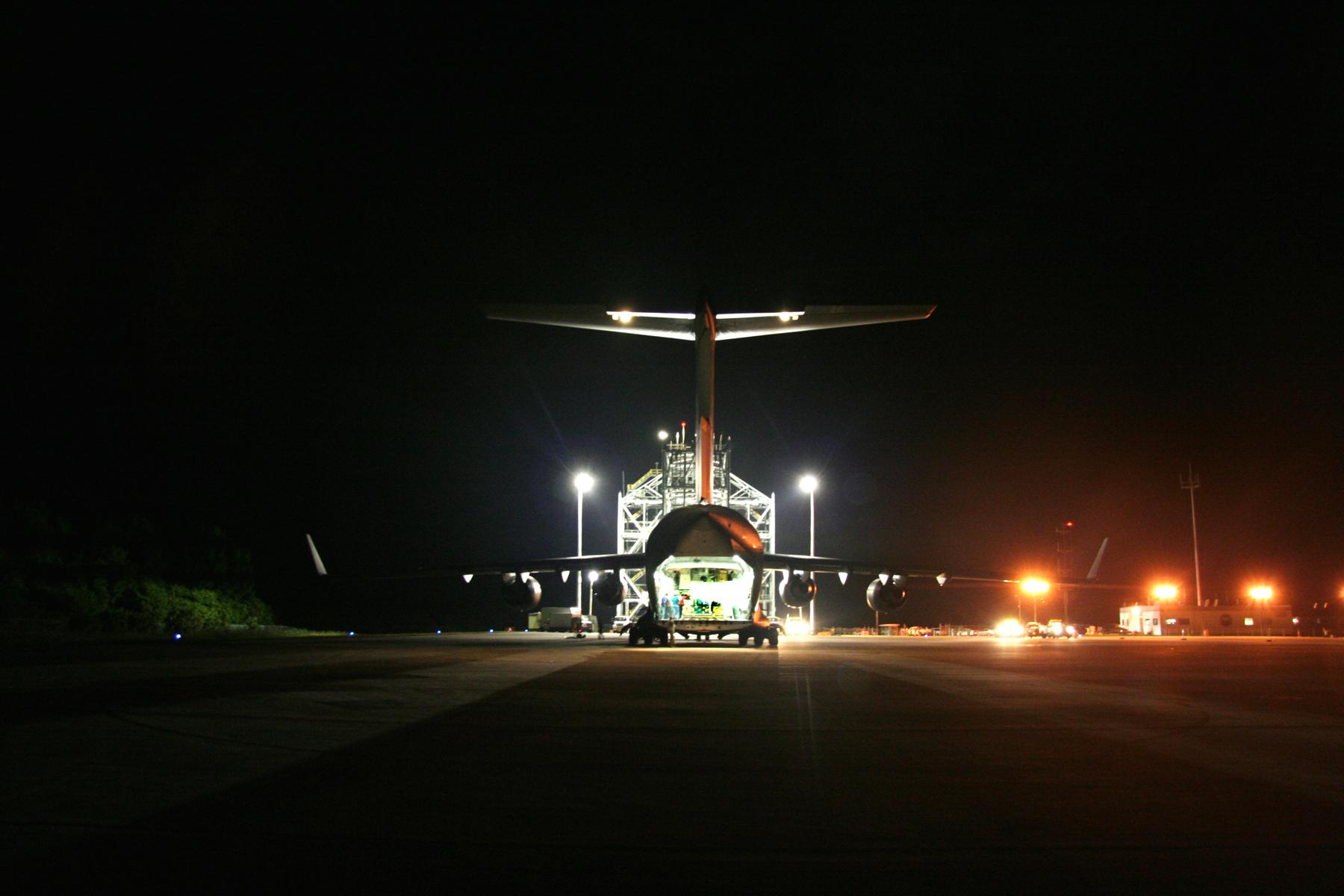 طائرة القوات الجوية C-17 تقوم بحمل المركبة الفضائية إلى منشأة هبوط المكوك الفضائي في مركز كينيدي للفضاء في فلوريدا. حقوق الصورة: NASA/Johns Hopkins University Applied Physics Laboratory/Southwest Research Institute