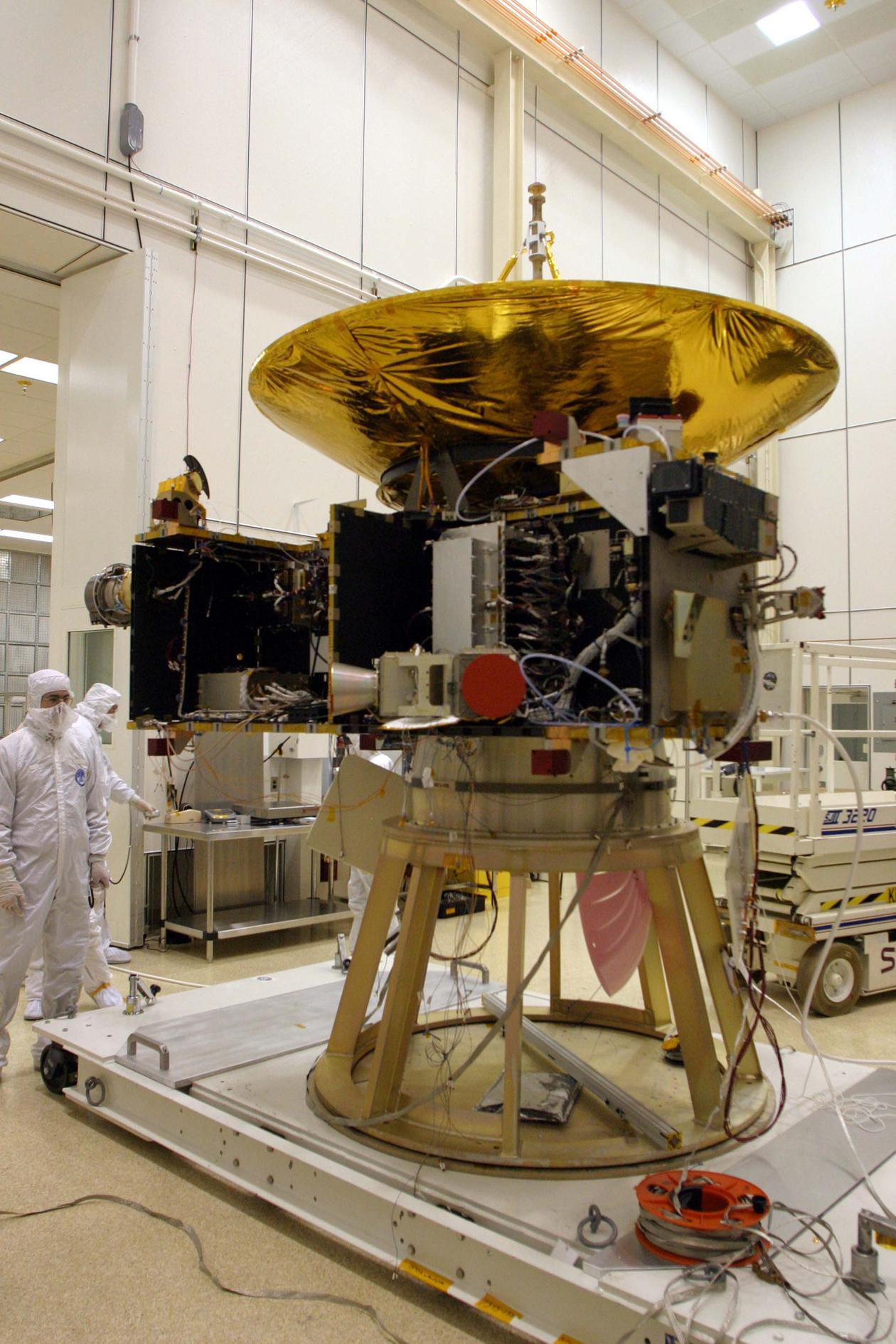 صورة أثناء القيام بفحص الهوائي الخاص بالمركبة في الفضائية في مختبر الفيزياء التطبيقية بجامعة جونز هوبكنز. حقوق الصورة: NASA/Johns Hopkins University Applied Physics Laboratory/Southwest Research Institute (NASA/JHUAPL/SwRI)