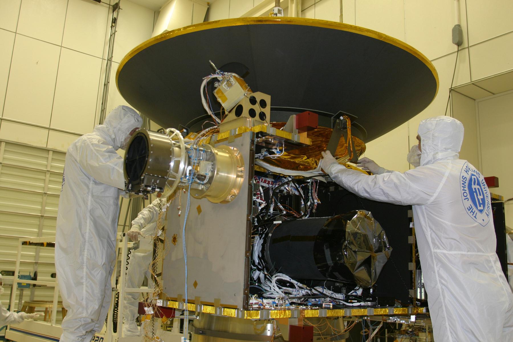 صورة أثناء قيام مجموعة من جامعة هوبكنز بوصل هوائي عالي الربح إلى المركبة الفضائية في 3 ابريل/نيسان 2005. حقوق الصورة: NASA/Johns Hopkins University Applied Physics Laboratory/Southwest Research Institute (NASA/JHUAPL/SwRI)