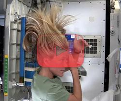 كيف تغسل شعرك في الفضاء؟